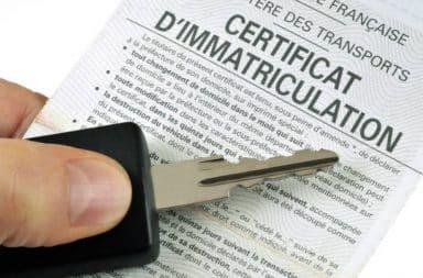 Certificat d'immatriculation et clé de voiture